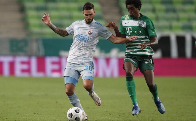 Slovenski reprezentant Petar Stojanović se je takole boril z Brazilcem Somalio, na tej tekmi najboljšim igralcem pri Ferencvarosu. FOTO: Bernadett Szabo/Reuters