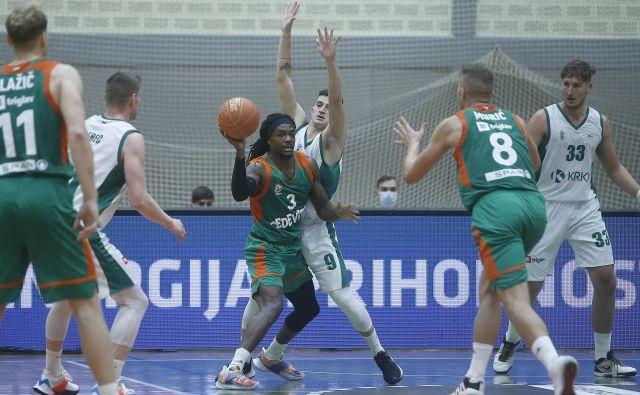 Kendrick Perry (z žogo) je bil izbran za najboljšega košarkarja dvoboja v Kranju. FOTO: Blaž Samec