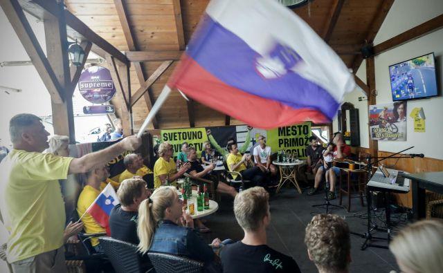 Za kisovške kolesarske navijače je Primož Roglič že zdaj nesporni zmagovalec Toura de Francea. FOTO: Uroš Hočevar/Delo