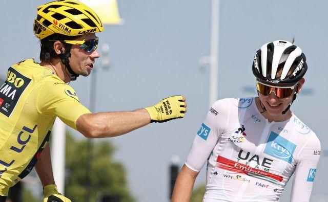 Primož Roglič (levo) in Tadej Pogačar morata danes le še dokončati slovensko kolesarsko mojstrovino na Touru, na katerem se jima obetata 1. in 2. mesto. FOTO: Kenzo Tribouillard/AFP