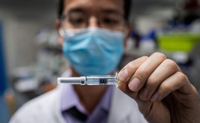 Eden izmed prioritetnih projektov strateškega sodelovanja Rusije s Kitajsko je povezan s cepivom proti covidu-19. FOTO: Nicolas Asfouri/AFP