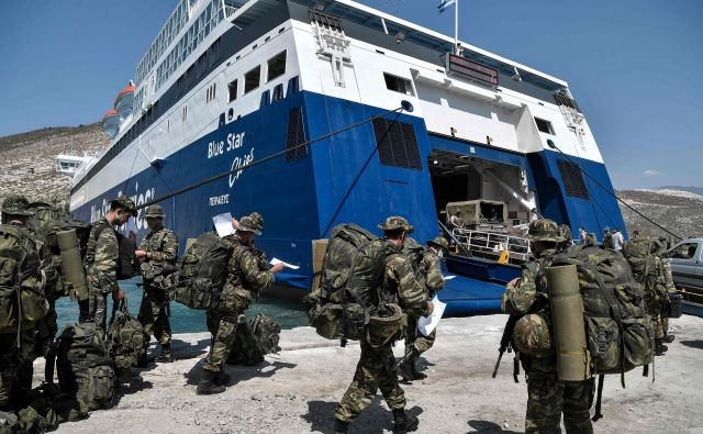Grški vojaki se vkrcujejo na trajekt, ki plove proti otočku Kastelorizo. FOTO: Louisa Gouliamaki/AFP