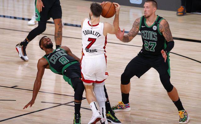 Pred Goranom Dragićem (7) padajo ovire kot za stavo, tudi tiste v dresih Bostona. FOTO: Kevin C. Cox/AFP