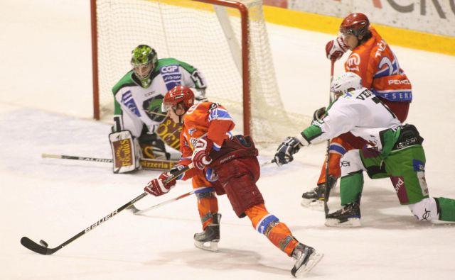 Sinoči so se zmage v Tivoliju veselili jeseniški hokejisti, pred natanko desetimi leti pa je bila boljša Olimpija. FOTO: Igor Zaplatil/Delo