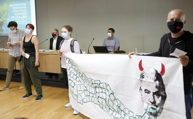 Protest mladih aktivistov na podnebni konferenci je minister Andrej Vizjak označil za ugrabitev dogodka. FOTO: Blaž Samec/Delo