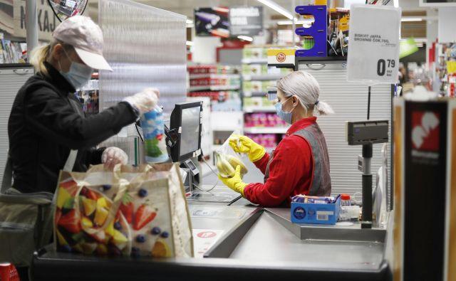 Poslanci državnega zbora bodo ta teden odločali o usodi nedeljskega dela trgovin. FOTO: Leon Vidic/Delo
