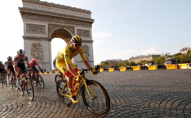 Tadej Pogačar se je zavihtel v Parizu med največja imena v zgodovini slovenskega športa. FOTO: Stephane Mahe/Reuters