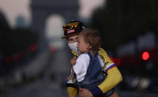 Primož Roglič je skupaj z enoletnim sinom Levom stopil na oder za zmagovalce. FOTO: Kenzo Tribouillard/AFP