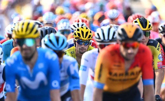 Po zaslugi Primoža Rogliča (v sredini), vodilnega na Touru, je Slovenija globalno prepoznavna. FOTO: Marco Bertorello/AFP