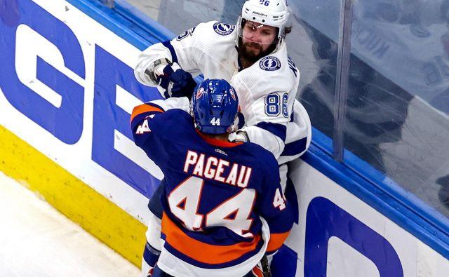 Tampin zvezdnik Nikita Kučerov se je tudi takole moral boriti za vstop v veliki finale proti Jeanu-Gabrielu Pageauju iz moštva New York Islanders. FOTO: Bruce Bennett/AFP