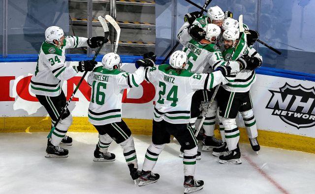 Hokejisti Dallasa so se takole veselili zmage nad igralci moštva Tampa Bay. FOTO: Bruce Bennett/AFP