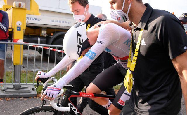 Tadej Pogačar in drugi kolesarji se držijo strogih ukrepov in kolesarski »mehurček« je zdržal do konca, virus pa je prodrl med novinarje. FOTO: Bernard Papon/AFP
