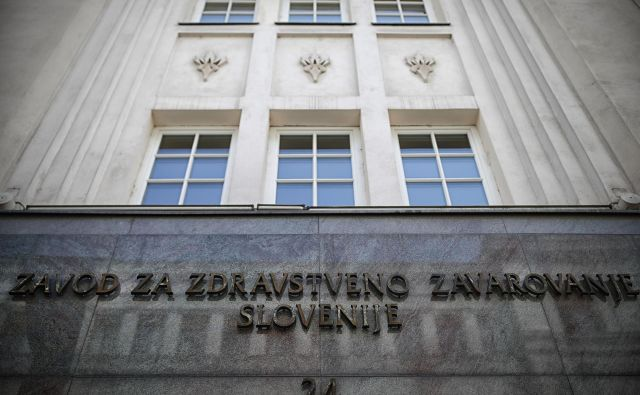 Obvezno zdravstveno zavarovanje, ki ga krije Zavod za zdravstveno zavarovanje Slovenije, ne pokrije vseh pacientovih stroškov. FOTO: Blaž Samec/Delo
