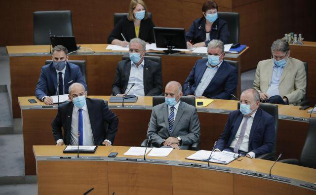 Poslanci so za Janeza Janšo in člane vlade sestavili dolg seznam 49 vprašanj. FOTO: Uroš Hočevar/Delo