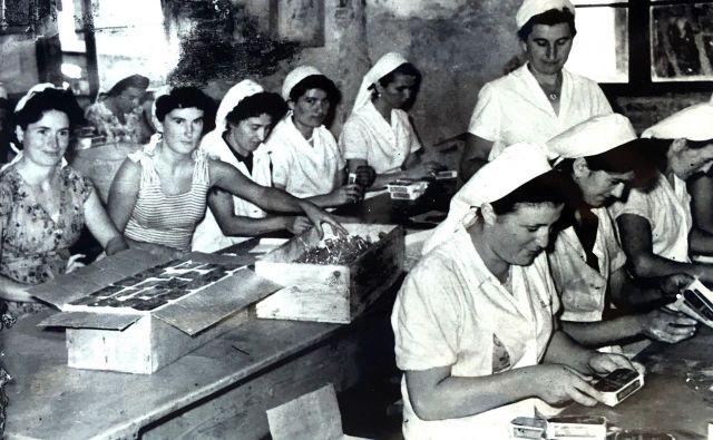 Najtežje delo v tovarnah ribjih konzerv na Jadranu so opravljale ženske, ki se jih je držal tudi smrad po ribah. Fotografije iz zbornika Zgodbe iz konzerve