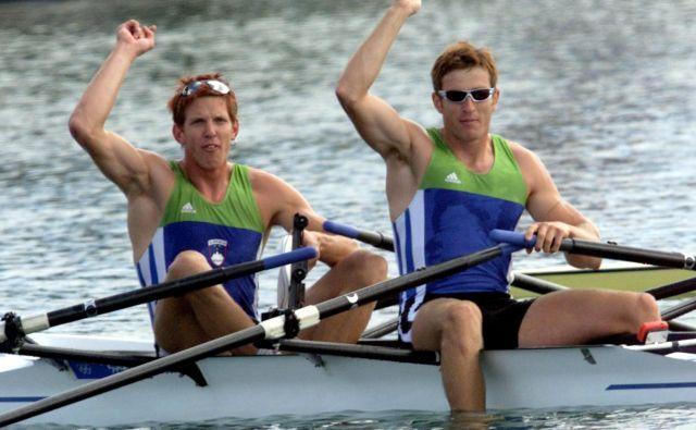 Luka Špik in Iztok Čop sta se takole na današnji dan pred natanko dvajsetimi leti veselila zlate kolajne na OI v Sydneyju.<br /> FOTO: Goran Tomasevic/Reuters