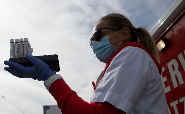 Mobilna ekipa zdravstvenih delavcev bo na poziv prišla v šolo, opravila enostaven test z grgranjem tersporočila rezultat najpozneje v 24 urah, napovedujejo na Dunaju. FOTO: Alex Halada/AFP