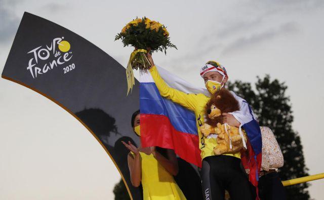 Tadej Pogačar je podaril rumeno majico v dobrodelne namene. FOTO: Stephane Mahe/Reuters