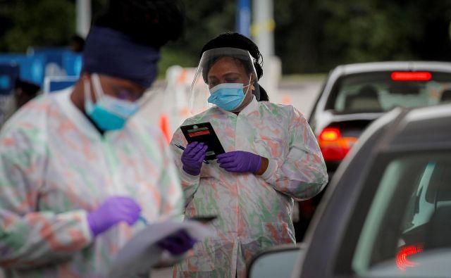 Testiranje je v ZDA splošno dostopno, a ukrepov za zjezitev pandemije na zvezni ravni tako rekoč ni. FOTO: Brendan Mcdermid/Reuters