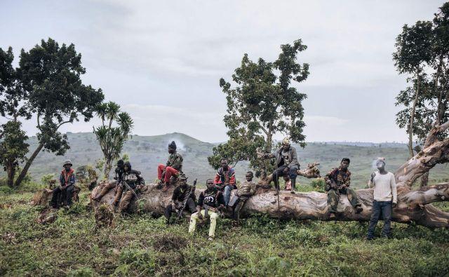 Pripadniki oborožene skupine URDPC / CODECO (Union des Révolutionnaires pour la Défense du Peuple Congolais / Coopérative pour le Développement du Congo) iz skupnosti Lendu, med katerimi so tudi otroci, stražijo med srečanjem nekdanjih vojskovodij v vasi Wadda, na severovzhodu Demokratične republike Kongo. Od aprila 2020 je predsednik Konga Felix Tshisekedi pooblastil nekdanje vojskovodje za pogajanja o predaji oboroženih skupin v Ituriju. Od konca leta 2017 je konflikt v Ituriju povzročil več kot 1,5 milijona razseljenih oseb in več sto smrtnih žrtev, ki jih večinoma pripisujejo napadalcem iz skupnosti Lendu. FOTO: Alexis Huguet/Afp