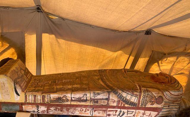 Sarkofagi so pobarvani v živahne barve in popisani s hieroglifi. FOTO: Egyptian Ministry of Antiquities via Reuters