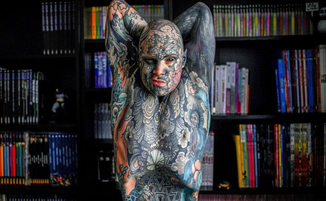 Portret francoskega učitelja Sylvaina Helainea, ki poučuje v osnovni šoli v predmestju Pariza. Freaky Hoody je velik navdušenec umetnosti tetoviranja in pirsinga. FOTO: Christophe Archambault/Afp<br />