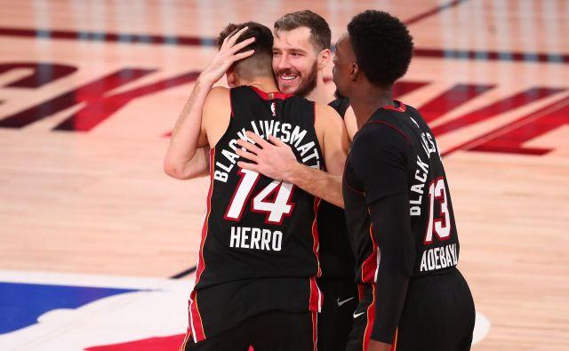 Goran Dragić je z objemom nagradil herojsko tekmoTylerja Herra (desno je še Bam Adebayo), ki je Bostonu za vodstvo v zmagah v finalu končnice NBA v vzhodni konferenci s 3:1 nasul kar 37 točk. FOTO: Kim Klement/USA TODAY Sports