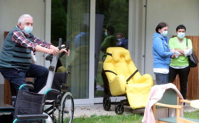 Za školjčni stol (na fotografiji v rumenem) je mogoče kolesariti tudi na sobnem kolesu. FOTO: Igor Mali/Slovenske novice
