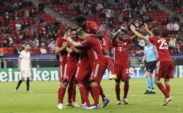 Nogometaši Bayerna so prešerno proslavili odločilni gol Javija Martineza. FOTO: Bernadett Szabo/Reuters