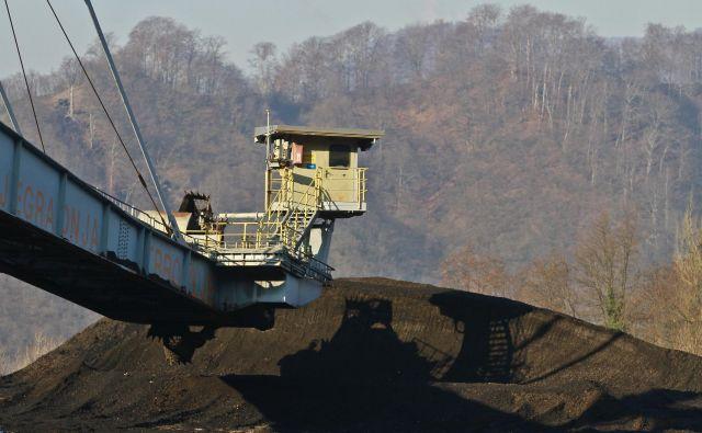 Zadnji kupi trboveljskega premoga: v kotlu Termoelektrarne Trbovlje so zgoreli decembra 2013. FOTO: Jože Suhadolnik/Delo