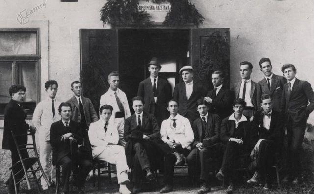 26. septembra 1920 je bila v Novem mestu odprta prva umetniška razstava (sedijo od leve proti desni: Josip Vidmar, Božidar Jakac, Fran Tratnik, Anton Podbevšek, Miran Jarc, Karel Dernovšek, Marjan Mušič; stojijo od leve proti desni: Marij Kogoj, Emil Pureber, Leon Štukelj, Karel Pleiweis, Stanko Schweiger, Fric Gebauer, Viktor Schweiger, Karel Barborič, Lojze Mušič, Zdenko Skalicky) Foto Gvido Dolenc