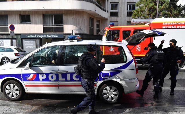 Osumljenca za napad blizu nekdanjih prostorov francoskega satiričnega tednika Charlie Hebdo sta na begu. FOTO: Alain Jocard/AFP