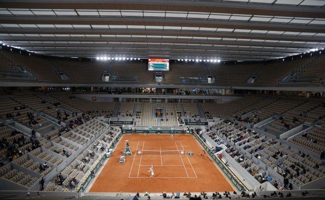 Le redki izbranci zdaj lahko uživajo pod novo streho igrišča Philippa Chatrierja v Parizu. FOTO: Charles Platiau/Reuters