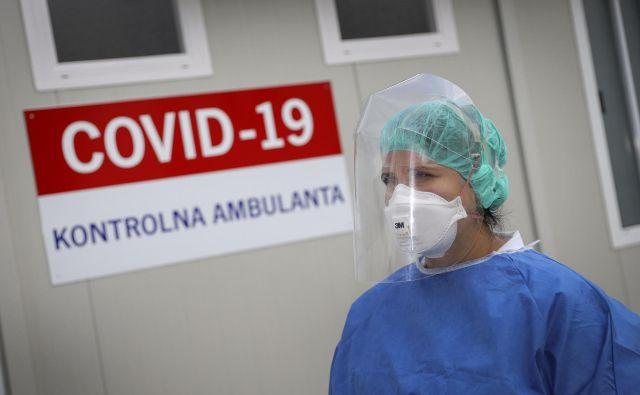 Jemanje brisov za covid-19 pred Kliničnim centrom FOTO: Jože Suhadolnik