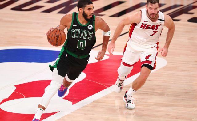 Miami in Boston, Goran Dragić (desno) in Jayson Tatum so finalno serijo vzhodne konference v NBA podaljšali v šesto tekmo, ki bo na sporedu v ponedeljek zjutraj. FOTO: Kim Klement/USA TODAY Sports.