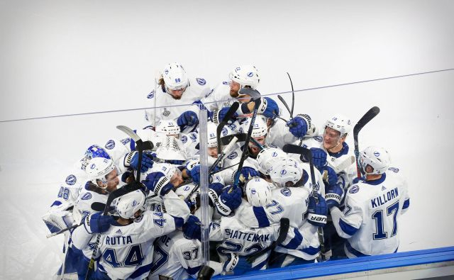 Hokejiski sveti gral Stanleyjev pokal je vse bliže moštvu Tame Bay s Flioride, ki je v četrti tekmi v podaljšku prišlo do tretje zmage. FOTO: Perry Nelson/USA TODAY Sports