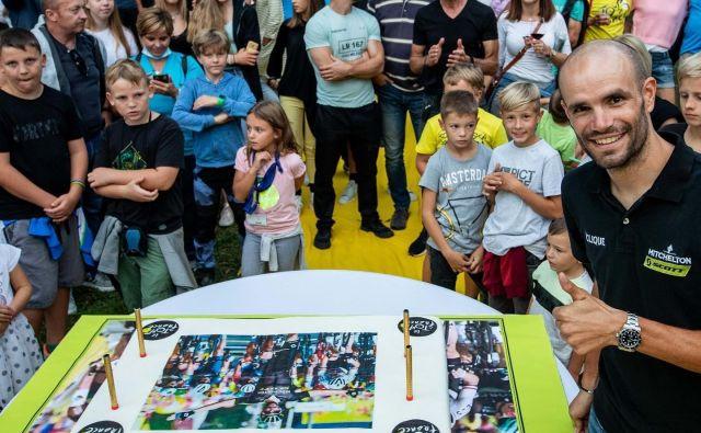 Presenečenje je uspelo, Luka je rekel, da je sicer pričakoval nekaj prijateljev pred hišo, ne pa takega slavja sredi Ljubljane. FOTO: Facdebook profil Luka Mezgec