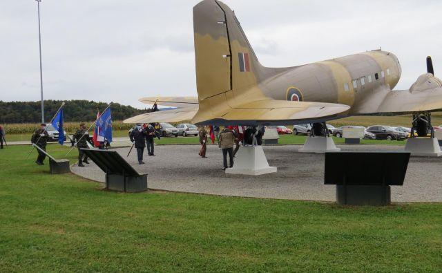 Povsem obnovljeno nekdanje zavezniško letalo DC-3 dakota, s katerim so med vojno v Bari prepeljali več kakor 800 zavezniških vojakov in med drugim tudi veliko starejših oseb, žena in otrok. FOTO: Bojan Rajšek/Delo