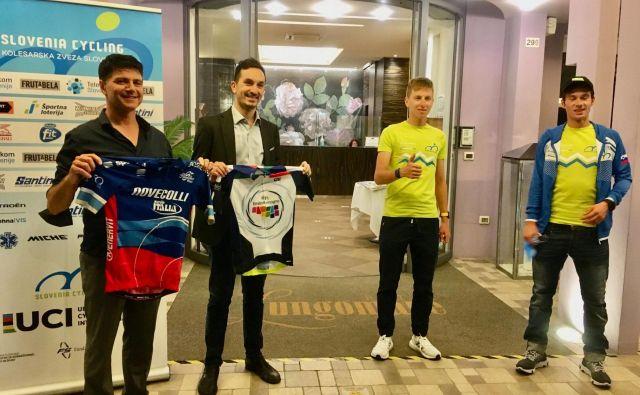 Pogačar in Roglič z županom Cesenatica in predsednikom dirke Nove Colli. FOTO: Andrea Manusia