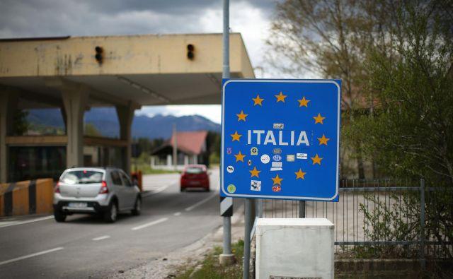 Mejni prehod z Italijo v Ratečah. Foto Jure Eržen/delo