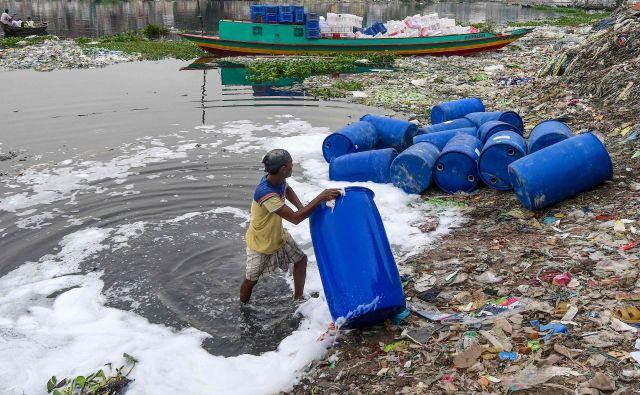 V reki Buriganga v Daki delavec čisti sode, ki so vsebovali kemikalije. FOTO: Munir Uz Zaman/Afp