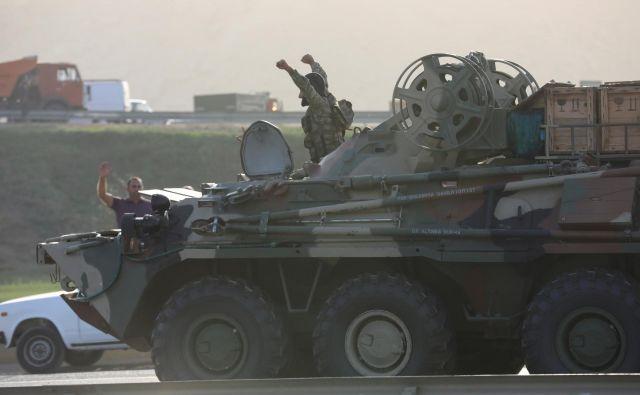 Katera stran je izzvala nedeljske spopade med armenskimi in azerbajdžanskimi vojaki, še ni znano. Na fotografiji azerbajdžanski vojak v Bakuju. FOTO:Aziz Karimov/Reuters