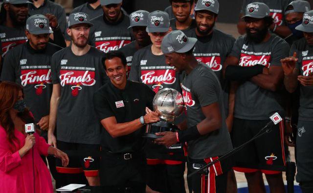 Miamijev trener Erik Spoelstra in Bam Adebayo s trofejo za prvaka vzhodne konference, levo za njima Goran Dragić. Foto Kim Klement/USA TODAY Sports