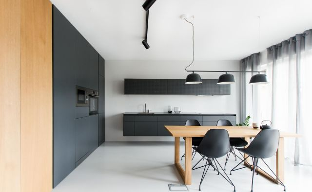 Kuhinja v enosobnem stanovanju, velikem približno 60 kvadratnih metrov (zasnova arhitekt Igor Marasović, biro Marasovic arhitekti). Foto Blaž Škorjanc