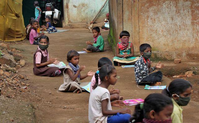 Indija se je že pred pandemijo borila s posredniki, ki jim je uspelo prepričati revne družine, da so svoje otroke raje poslale na delo kot v šolo. FOTO: Prashant Waydande/Reuters