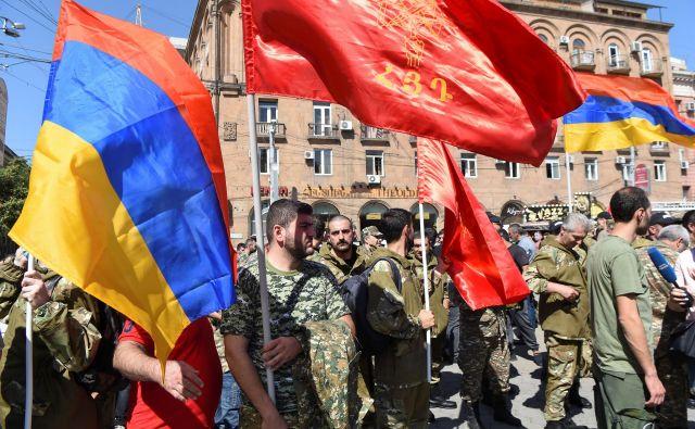 Tako so v Jerevanu pospremili odhod svojih vojakov na bojišče konflikta med Armenijo in Azerbajdžanom. FOTO: Melik Baghdasarjan/Reuters