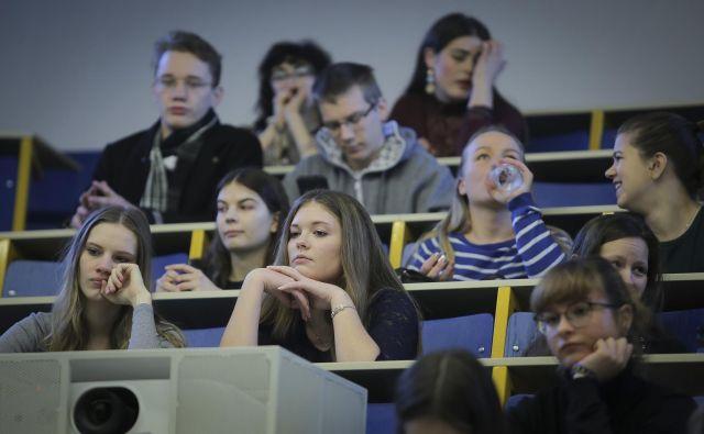 Med 1040 študenti ljubljanske filozofske fakultete, ki so sodelovali v raziskavi o študiju na daljavo ob zaključku pedagoškega procesa, jih je 66 odstotkov poročalo, da so težje vzpostavili motivacijo za študij, med slabostmi pa so izpostavljali pomanjkanje socialnih stikov. FOTO: Jože Suhadolnik/Delo