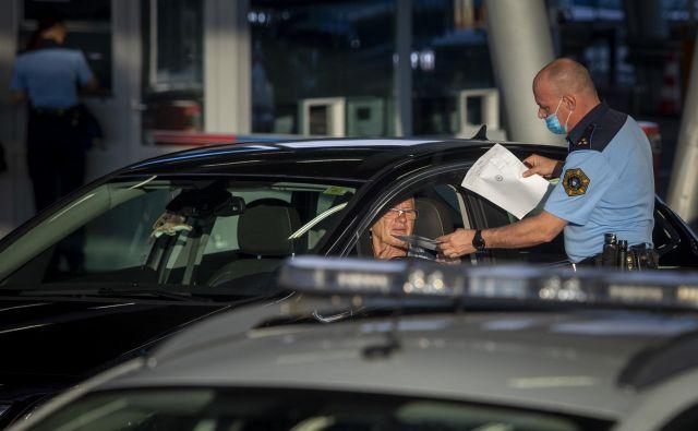 Izročanje karantenskih odločb na mejnem prehodu Obrežje. FOTO: Voranc Vogel/Delo