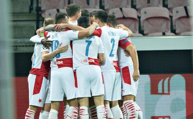Nogometaši Midtjyllanda so se takole veselili zmage nad praško Slavio. Foto Henning Bagger/Reuters