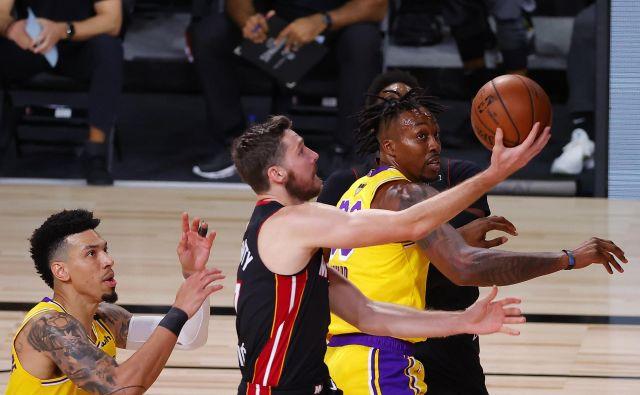Miamijeva prva finalna tekma NBA končnice v Orlandu se je spremenila v nočno moro.Košarkarji LA Lakers so prepričljivo premagali moštvo s Floride, ki je bržkone izgubilo slovenskega zvezdnika do konca serije zaradi poškodbe. FOTO: Kevin C. Cox/AFP